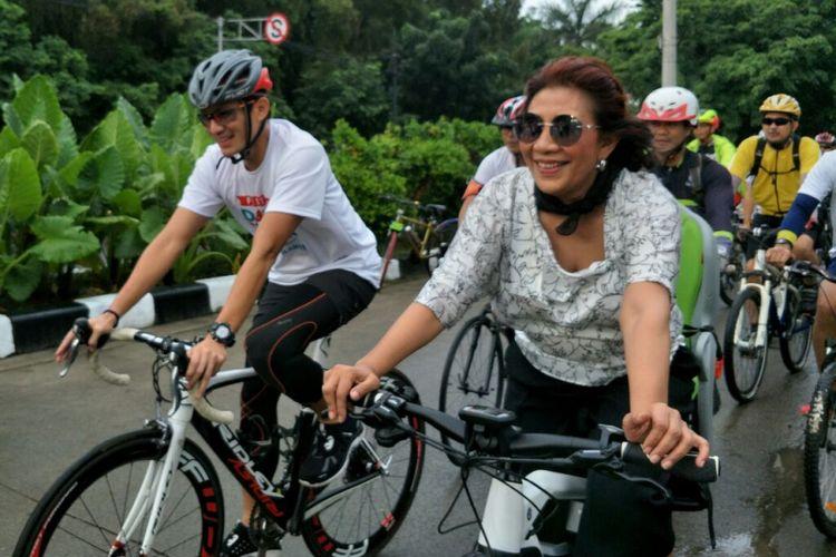 Wakil Gubernur DKI Jakarta Sandiaga Uno dan Menteri Kelautan dan Perikanan Susi Pudjiasturi bersepeda berkeliling kawasan Danau Sunter, Minggu (25/02/2018).