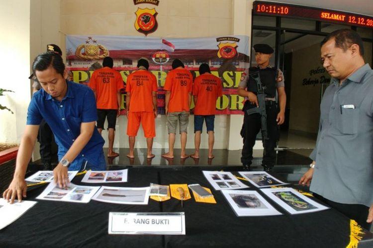 Polisi menggelar kasus temuan mayat di Stasiun Gunung Putri yang terjadi beberapa waktu lalu, di Mapolres Bogor, Selasa (12/12/2017).