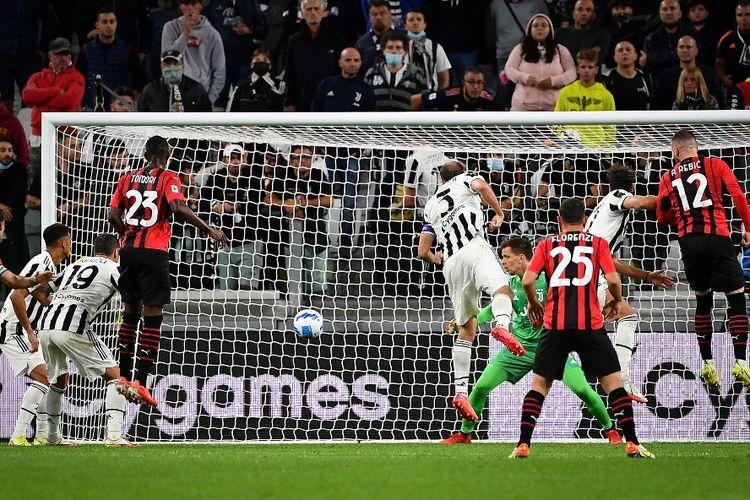 Penyerang AC Milan Ante Rebic (nomor punggung 12) mencetak gol ke gawang Juventus pada laga pekan keempat Liga Italia 2021-2022 di Stadion Allianz, Senin (20/9/2021) dini hari WIB.