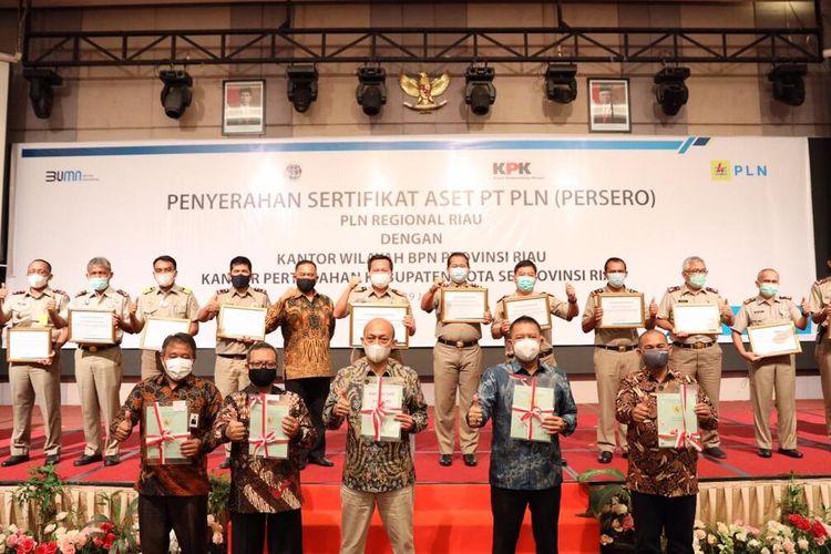 Penyerahan sertifikat aset PT PLN (Persero) Regional Riau dengan Kanwil BPN Provinsi Riau, yang diadakan disalah satu hotel di Pekanbaru, Riau, Selasa (19/1/2021).