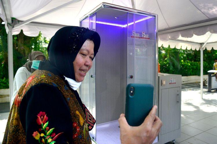 Wali Kota Surabaya Tri Rismaharini saat teleconference dengan Sekjen DPP PDI-P Hasto Kristiyanto mempromosikan bilik sterilisasi hasil kerjasama Pemkot Surabaya dan Institut Teknologi Telkom Surabaya di Rumah Dinas Wali Kota Surabaya, Sabtu (21/3/2020).