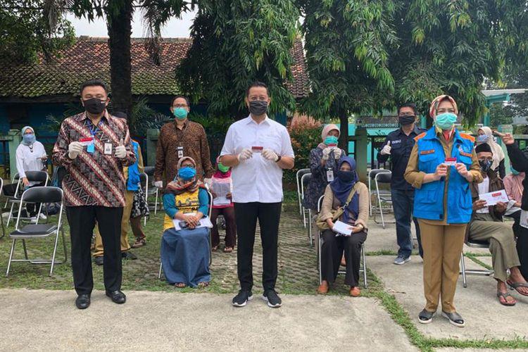 Pembagian Kartu Keluarga Sejahtera di Tangerang Selatan.