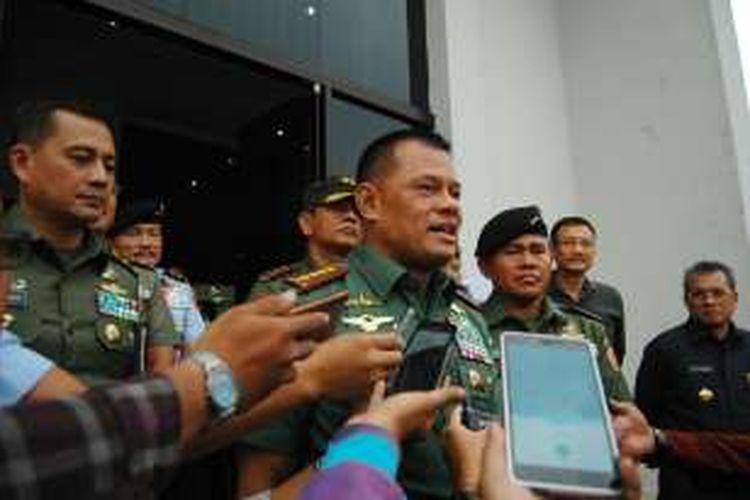 Panglima TNI Jenderal Gatot Nurmantyo usai menjadi dosen tamu dalam kuliah umum di Universitas Pertahanan (Unhan) di Sentul, Bogor, Jawa Barat, Jumat (26/8/2016).