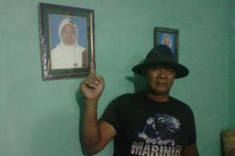Sarwono (menantu Umi Daliyah) saat menunjukan foto Umi Daliyah