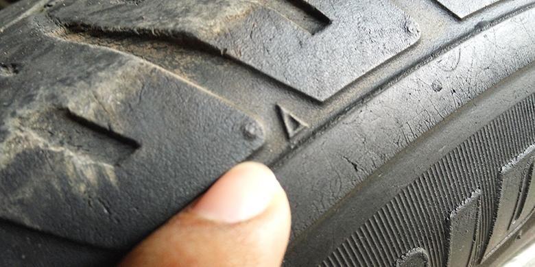 Segitiga Tire Wear Indicator (TWI) untuk memeriksa kelayakan ban