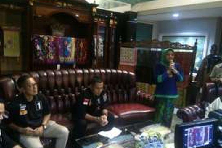 Calon gubernur DKI Agus Harimurti Yudhoyono (duduk tengah) saat kampanye tatap muka dengan penenun ternama Anna Mariana (kanan berdiri), di Jalan Kartika Utama, Pondok Indah, Jakarta Selatan. Kamis (15/12/2016).