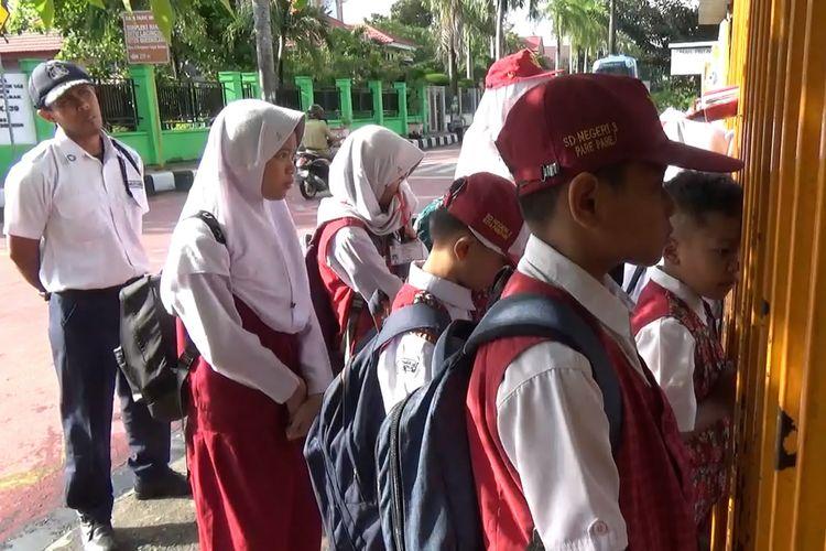 Sejumlah Siswa SDN 3 Kota Parepare, harus upacara di luar pagar sekolah Karena Terlambat