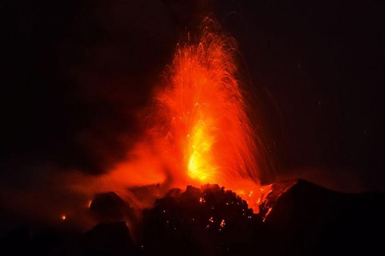 Gunung Sinabung mengeluarkan material panas, seperti yang terlihat dari Desa Beganding, Karo, Selasa (2/5/2017). Sinabung kembali menghentak Tanah Karo pada 2010 silam untuk pertama kalinya sejak 400 tahun terakhir. Gunung itu kembali meletus pada 2013 dan 2016, dan tetap aktif hingga saat ini.
