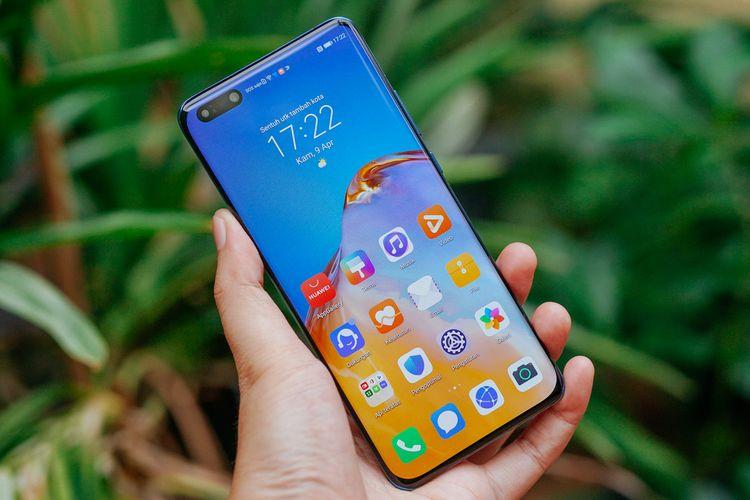 Layar Huawei P40 Pro berdiagonal 6,58 inci dengan resolusi (2.640x1.200 piksel) dan refresh rate 90 Hz. Ukurannya masih cukup nyaman dalam genggaman tangan, tapi terasa licin karena permukaannya yang serba mengilap.