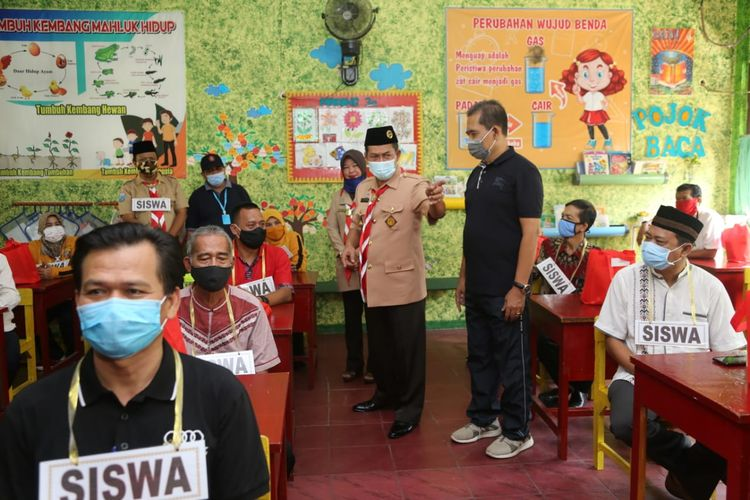 Wali Kota Serang Syafrudin saat memantau simulasi pembelajaran tatap muka di SDN 2 Kota Serang