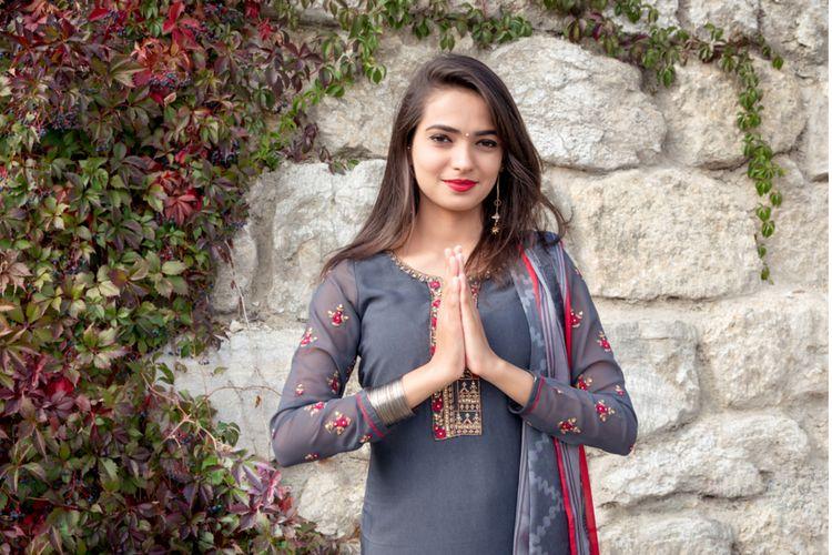 Ilustrasi perempuan mengenakan Salwar Kameez di India