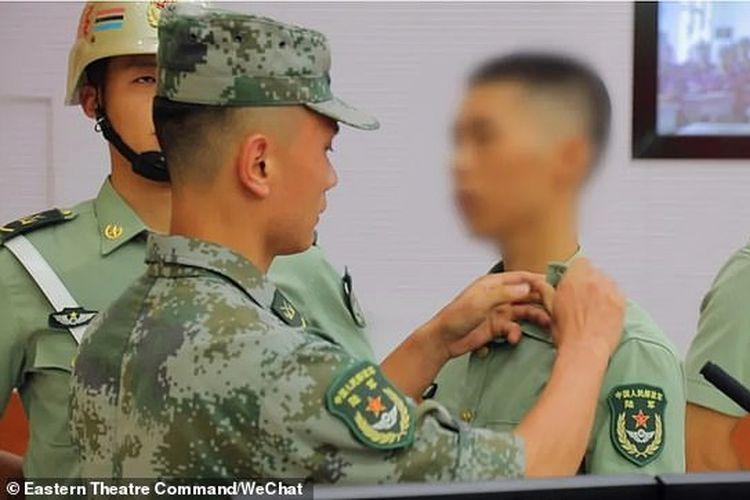 Prajurit yang dikenal dengan nama belakangnya Chen, dikeluarkan pada Selasa  (22/9/2020) dari Komando Militer Timur China. Lencananya dilepas setelah dinyatakan dikeluarkan.