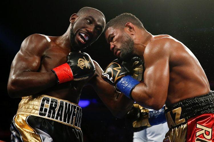 Petinju Amerika Serikat, Terence Crawford (kiri), bertarung melawan Felix Diaz dalam perebutan gelar kelas welter junior versi WBO/WBC di Madison Square Garden, New York City, 20 Mei 2017.