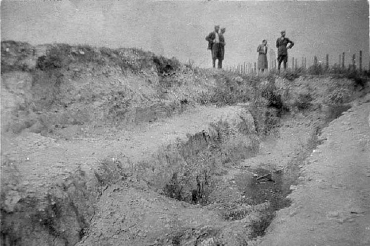 Lubang makam yang disiapkan Nazi sebelum membantai ribuan tahanan Yahudi di Kamp Trawniki, Polandia pada 3 November 1943.