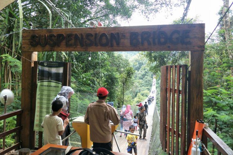 Gerbang masuk menuju Suspension Bridge, Situ GinUng, Sukabumi, Jawa Barat. Foto diambil pada Minggu (13/1/2019).