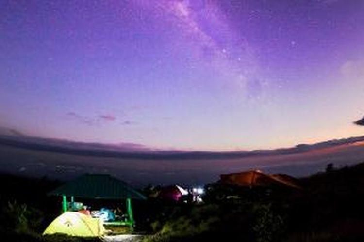 Gugusan Bima Sakti terlihat di atas lereng Tambora dari Pos III pendakian rute Dorocanga, Kabupaten Dompu, Nusa Tenggara Barat.