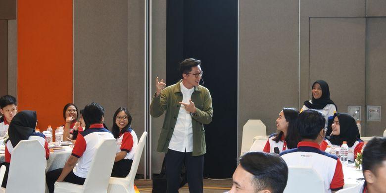 Eksekutif Produser dan Penyiar Berita Kompas TV, Riko Anggara saat menyampaikan materi tentang Efective Oral Communication dalam acara Leadership Development batch IV, Djarum Beasiswa Plus angkatan 2019/2020, di Hotel Harris Gubeng, Surabaya, Senin (10/2/2020).