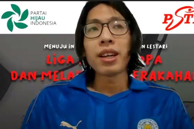 Defrio Nandi, aktivis iklim dan anggota Partai Hijau Indonesia, saat berbicara dalam diskusi daring ?Liga Super Eropa dan Melawan Keserakahan? pada Rabu malam, 28 April 2021 yang diselenggarakan oleh PHI, Persatuan Suporter Timnas Indonesia (PSTI) dan Lokataru.