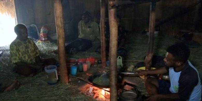 Para pengungsi Nduga yang menumpang tinggal di rumah kerabat di Wamena.