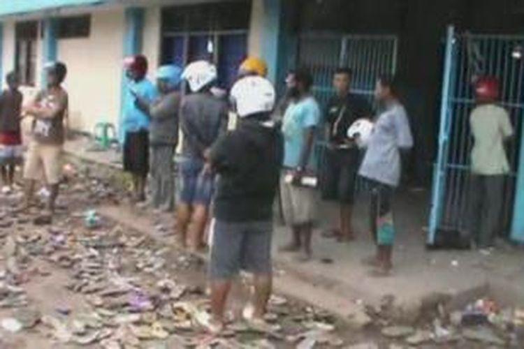 Situasi di luar gelanggang olahraga kota lama Nabire pascakeributan antarsuporter saat final kejuaraan tinju amatir Bupati Cup, di Nabire, Papua, Minggu (14/7/2013). Delapan belas orang meninggal dan 34 orang lainnya terluka akibat terinjak-injak ketika sekitar 1.000 penonton berdesakan keluar ruangan.