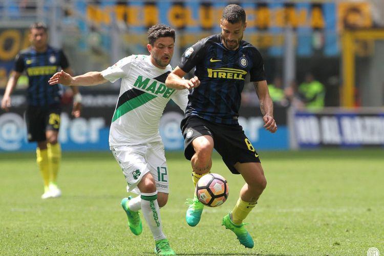 Antonio Candreva melindungi bola saat Inter Milan melawan Sassuolo pada partai lanjutan Serie A - kasta teratas Liga Italia - di Stadion Giuseppe Meazza, Minggu (14/5/2017).