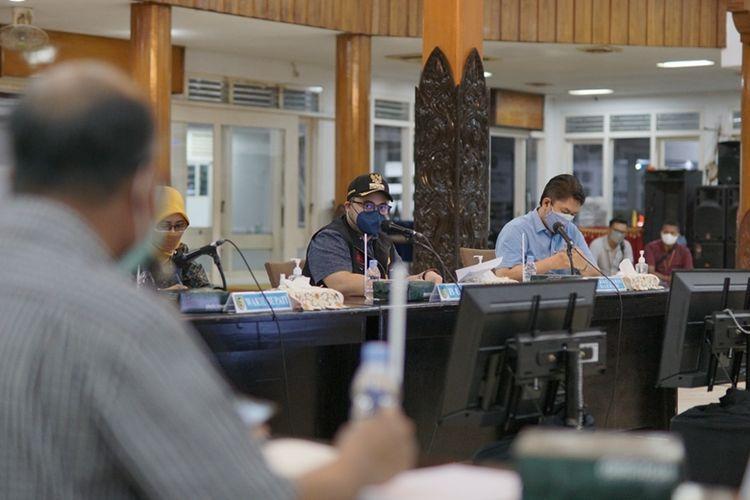 Bupati Kediri Hanindhito Pramono memimpin Rapat Pemantapan Pembentukan Rumah Sakit Darurat Sementara (RSDS) di Pendopo Panjalu Jayati, Kediri, Jawa Timur (Jatim), Senin (26/7/2021).