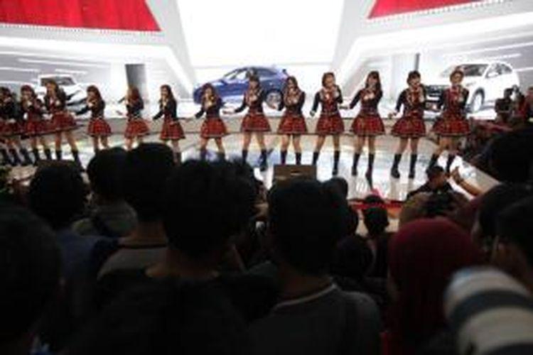 JKT48 menghibur pengunjung stan Honda dalam acara Indonesia International Motor Show 2014, di JIExpo, Kemayoran, Jakarta Utara, Sabtu (27/9/2014). Menampilkan artis papan atas merupakan salah satu cara stan-stan di IIMS 2014 untuk menarik pengunjung.