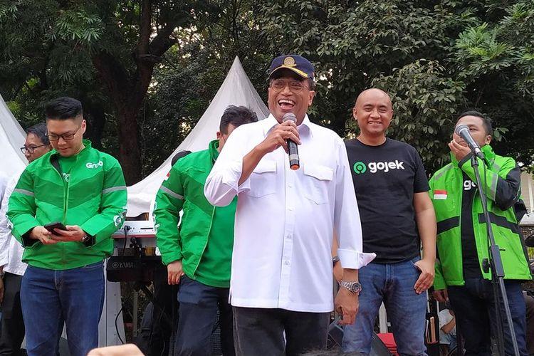 Menteri Perhubungan (Menhub) Budi Karya Sumadi menemui ratusan driver ojek online (Ojol) di Parkiran Plaza Selatan, Kompleks Gelora Bung Karno (GBK), Jakarta, Minggu (11/8/2019).