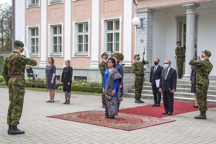 Ibu Duta Besar Ratu Silvy Gayatri telah menyerahkan Surat-Surat Kepercayaan (Letters of Credence) kepada Presiden Republik Estonia, Kersti Kaljulaid, pada Senin 10 Mei 2021.