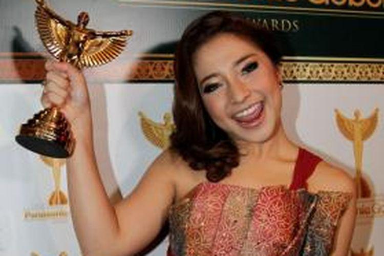 Artis sinetron Nikita Willy menerima penghargaan Aktris Terfavorit pada The 14th Annual Panasonic Gobel Awards 2014 di Djakarta Theatre XXI, Jakarta, Jumat (25/3/2011). Panasonic Gobel Awards merupakan penghargaan untuk karya dan insan pertelevisian nasional.