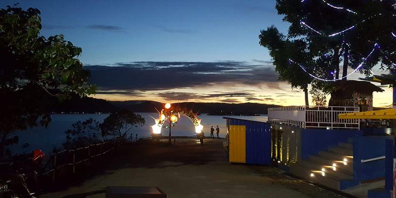 Tempat wisata di Papua - Tempat wisata bernama Pholeuw Park di Jayapura yang menawarkan pemandangan Danau Sentani.
