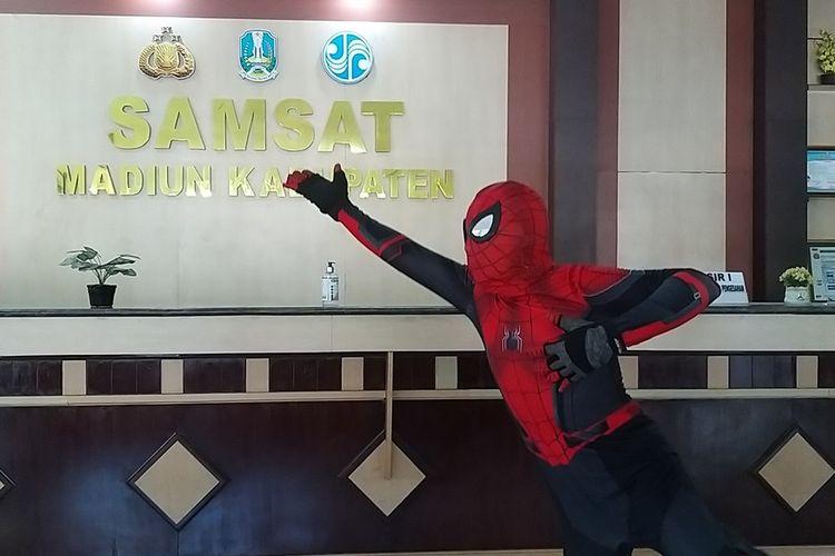 Inilah sosok Nyono Sugiono, warga Desa Sidorejo, Kecamatan Wungu, Kabupaten Madiun yang berkostum spiderman saat membayar pajak kendaraan bermotor di Samsat Kabupaten Madiun, Rabu (3/6/2020).