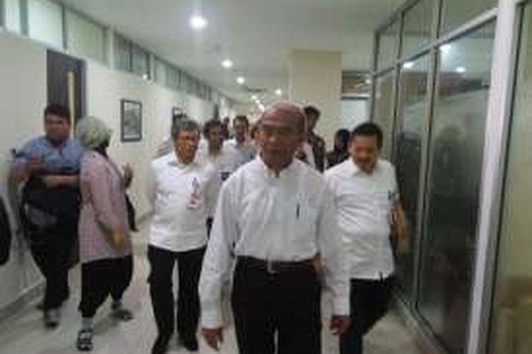 Menteri Kebudayaan dan Pendidikan, Muhadjir Effendy, mengisi hari pertama kerjanya dengan berjalan-jalan mengungjungi sejumlah ruangan di gedung Kemendikbud, Kamis (28/7/2016).