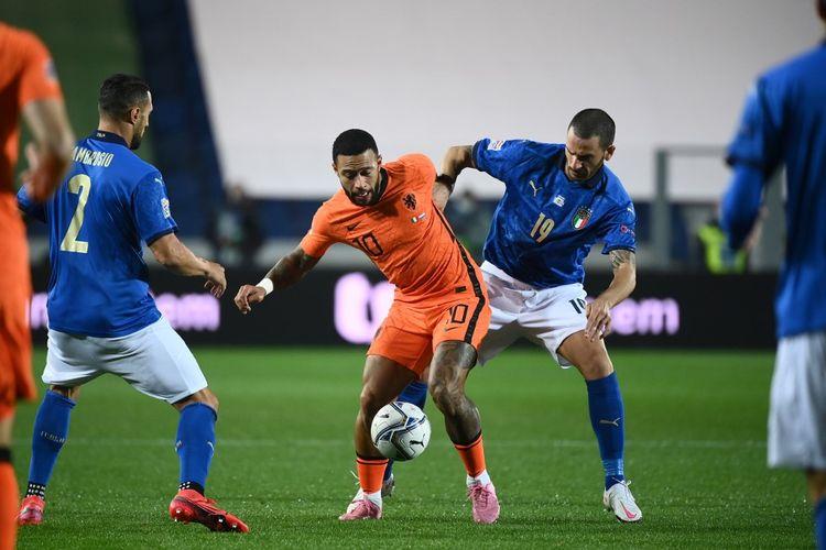 Memphis Depay (Kiri) berduel dengan Leonardo Bonucci dalam pertandingan UEFA Nations Legue antara Italia dan Belanda di Stadion Gewiss, Rabu (14/10/2020) atau Kamis dini hari WIB.