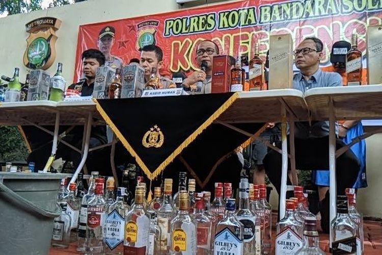 Barang bukti botol minuman beralkohol yang dijadikan kemasan miras oplosan di Polres Bandara Soekarno-Hatta, Kamis (30/1/2020)