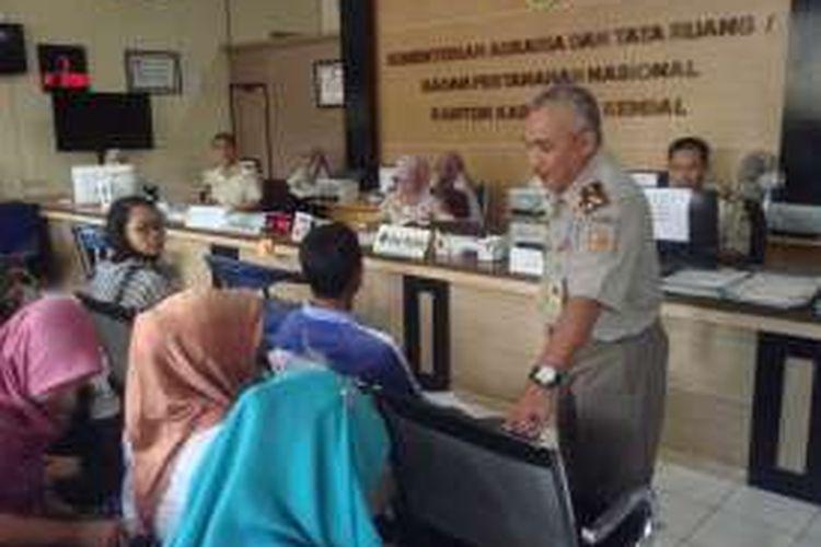 Kepala BPN Kendal, Herry Fathurohman saat mendatangi warga yang mengurus sertifikat tanah, Rabu (26/10/2016).