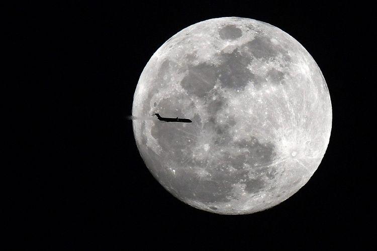 Pesawat MD-90 Delta penerbangan 1789 dari Atlanta ke Jacksonville melewati super moon di langit malam di Georgia. Sebuah fenomena selestial langka saat super moon, blue moon dan gerhana bulan total akan terjadi di waktu bersamaan di pagi dini hari tanggal 31 Januari 2018, di Senoia, Georgia, Amerika Serikat, Selasa (30/1). ANTARA FOTO/REUTERS/USA TODAY Sports/David Mercer/cfo/18