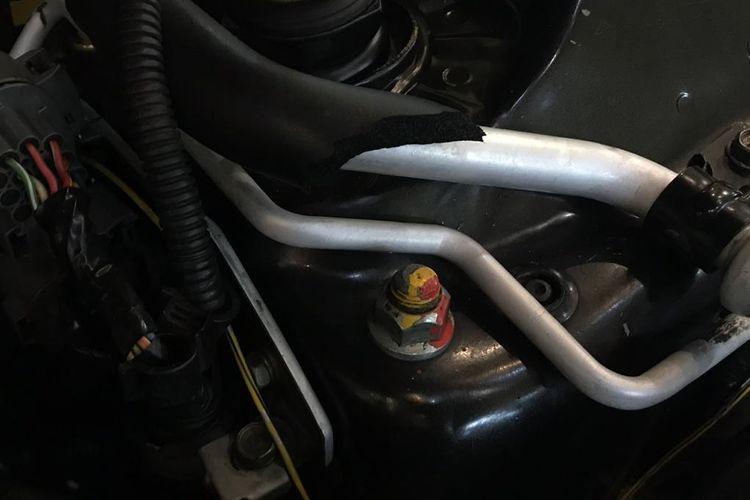 Bahkan kondisi baut-baut mesin Honda Civic Genio keluaran 1993 ini masih terdapat coretan, tanda belum pernah dibongkar sejak pertama dibeli.