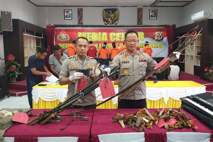 Direskrimum Polda Papua Kobes Pol Toni Harsono (kanan) dan Kabid Humas Polda Papua Kombes Pol AM. Kamal menunjukan barang bukti senjata yang dibawa oleh para perusuh yang melakukan aksinya pada 29 Agustus 2019, Kota Jayapura, Papua, Sabtu (31/08/2019)