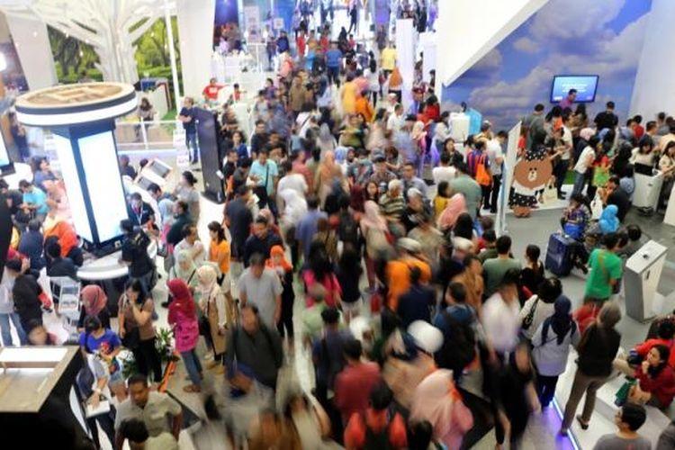 Pengunjung memadati pameran wisata bertajuk Garuda Indonesia Travel Fair (GATF) di JCC Senayan, Jakarta, Sabtu (11/3/2017). Pameran wisata ini diadakan 10-12 Maret 2017 secara serentak di 23 kota di Indonesia.