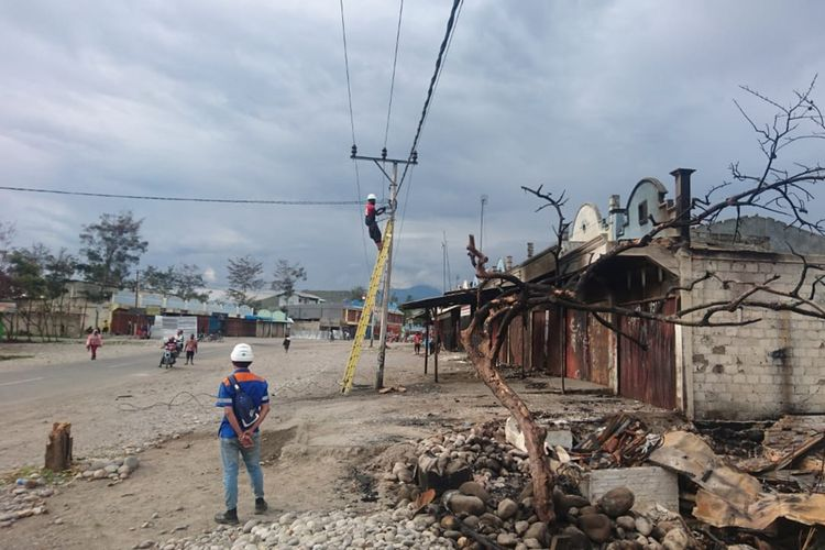 Para pekerja PLN sedang memperbaiki jaringan kelistrikan di Wamena, Kabupaten Jayawijaya, Papua, yang terdampak kerusuhan pada 23 September, Minggu (6/10/2019)