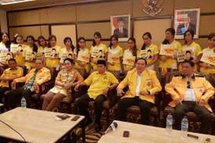 Tommy Soeharto menyatakan dukungan keluarganya ke bakal calon ketua unum Partai Golkar Ade Komarudin di Nusa Dua, Bali, Jumat (13/5/2016).