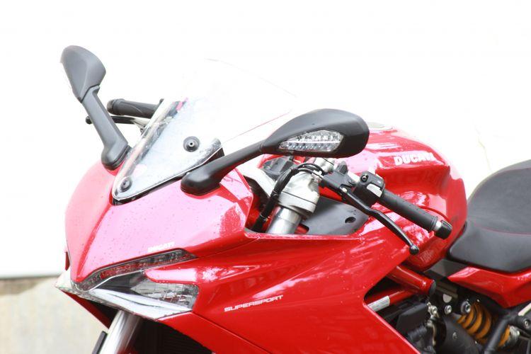 Lampu depan Ducati Supersport dilengkapi dengan LED