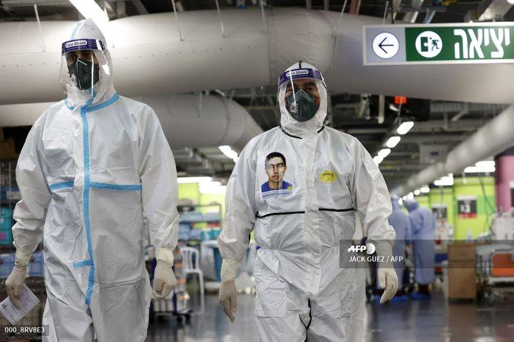 Tenaga medis mengenakan pakaian pelindung tengah merawat pasien di bangsal virus corona di Fasilitas Medis Rambam, yang awalnya dibangun sebagai fasilitas kesehatan bawah tanah sebelum diubah menjaid lahan parkir mobil di Haifa, Israel, pada 11 Oktober 2020.