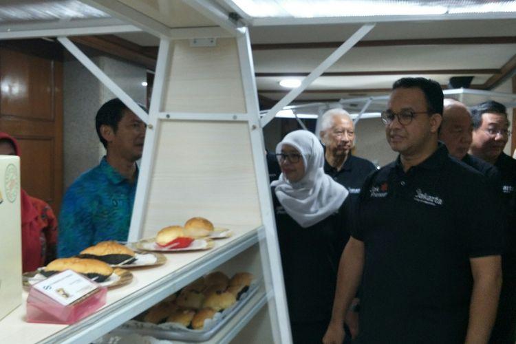 Gubernur DKI Jakarta Anies Baswedan meninjau gerobak usaha untuk pelaku UMKM pemberian dari Mayapada Group di Balai Kota DKI Jakarta, Jumat (21/2/2020).