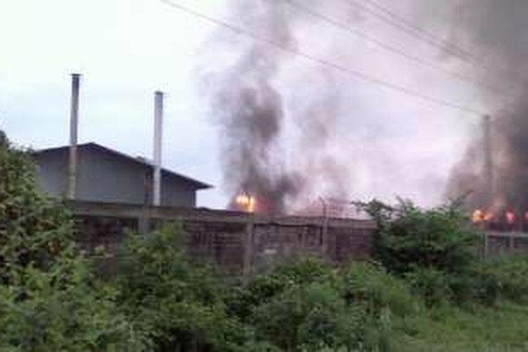 Kebakaran pabrik triplek di Sukoharjo, Minggu (8/1/2017)