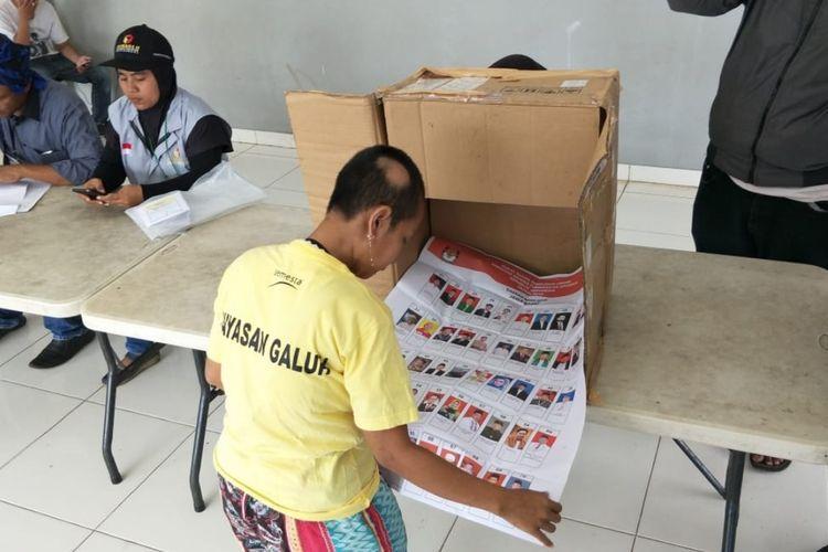 Salah satu penyandang disabilitas mental gunakan hak pilihnya di Yayasan Galuh, Kota Bekasi, Rabu (17/4/2019).