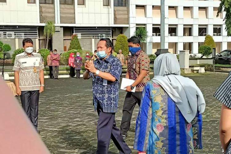 Bupati Semarang Mundjirin pamitan kepada ASN saat apel pagi.