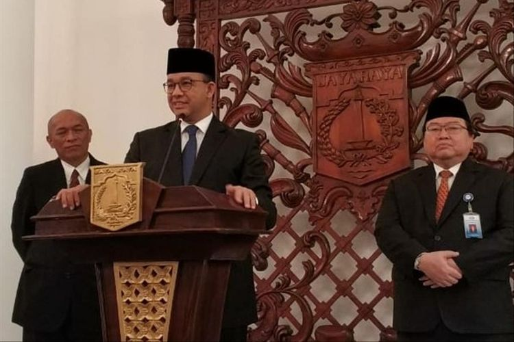 Gubernur DKI Jakarta Anies Baswedan (tengah) seusai melantik 16 pejabat pemprov DKI Jakarta, Senin (8/7/2019)