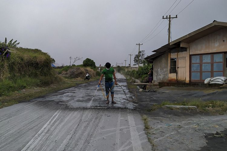 5f2ea0d60e1d0 - Gunung Sinabung Erupsi, Abu Vulkanik Tutupi 4 Kecamatan
